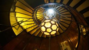 Kiến trúc cầu thang với Đá xuyên sáng trong thiết kế tân cổ điển