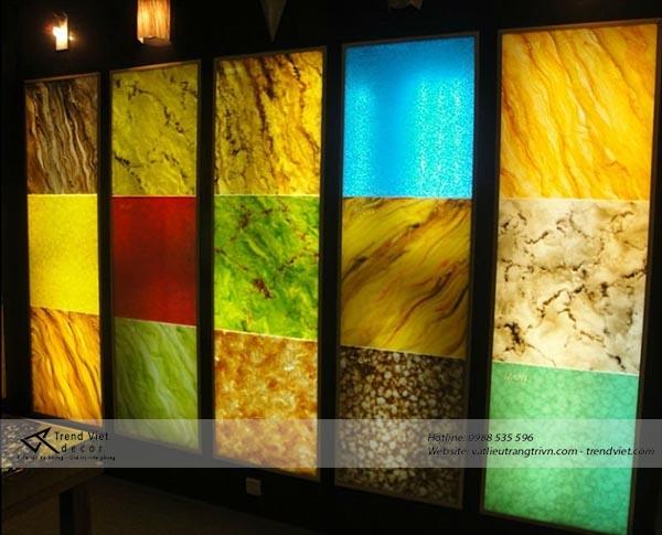 Đá xuyên sáng không những dùng để trang trí mà còn để áp dụng vào những vật dụng trong nhà khác. Chẳng hạn như cầu thang đá xuyên sáng. Ưu điểm của đá xuyên sáng có áp dụng cho những thiết kế chịu lực như vậy. Liệu có thể làm được cầu thang đá xuyên sáng với sản phẩm của Trend Việt? Vật liệu làm đá xuyên sáng tại Trend Việt hầu hết sử dụng keo cao phân tử tạo nên khả năng xuyên sáng cho đá. Hơn nữa còn bao gồm những khoáng đá tự nhiên được liên kết chặt chẽ với nhau trong một tấm đá. Các tinh thể đá liên kết với nhau cho ra một độ cứng nhất định. Góp phần vào ưu điểm chịu lực để làm cầu thang đá xuyên sáng Tùy theo độ dày khác nhau mà độ chịu lực khác nhau. Để làm cầu thang đá xuyên sáng cần phải có một dày tương đối. Độ dày của đá xuyên sáng tại Trend Việt dạo động từ 3 mm đến 20 mm. Nếu chỉ dùng đá xuyên sáng làm cầu thang thì chúng tôi khuyên bạn nên đặt thêm một tấm kính cường lực ở sau tấm đá. Kính cường lực sẽ bảo vệ khi nhiều người cùng đứng trên một bậc thang đá. Hoặc giả sử bạn có thể sử bạn có thể tao khung đỡ bậc thang. Nếu sử dụng đá xuyên sáng để ốp vào bậc thang thì không cần kính cường lực. Độ dày 20 mm là quá đủ. Đá xuyên sáng có khả năng xuyên sáng. Hầu hết những khách hàng tìm đến đá xuyên sáng vì khả năng này. Nó có thể gây nổi bật vào ban đêm. 80% ánh sáng đi qua dễ dàng. Ánh sáng từ đá phát ra không quá chói. Làm đá giống như một miếng cẩm thạch phát sáng vào ban đêm vậy. Điều này có thể tọa điểm nhấn cho công trình thiết kế của bạn Những loại đá xuyên sáng tại Trend Việt có thể làm cầu thang đá. Hiện nay bên Trend Việt cung cấp ba dòng đá điển hình. Đá xuyên sáng dùng để ốp phòng karaoke. Dòng đá xuyên nhân tạo. Dòng đá agate xuyên sáng bán tự nhiên. Dòng đá karaoke chỉ thích hợp để trang trí ốp tường và quầy. Còn dòng đá xuyên sáng cao cấp và đá agate xuyên sáng rất thích hợp với những thiết kế chịu lực. Hiện nay chúng tôi đang tập trung phân phối hai dòng đá này là chủ yếu. Hai dòng đá này có độ cứng cao Nhất là đá agate xuyên sáng. Đá xuyên 